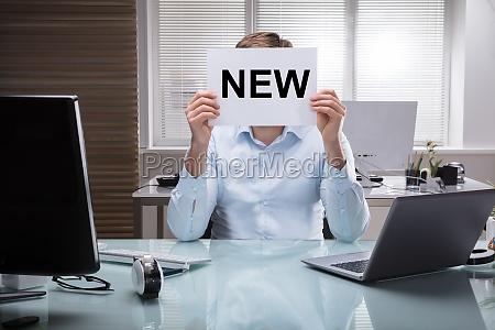biznesmen, holding, placard, z, nowym, tekstem - 24559252