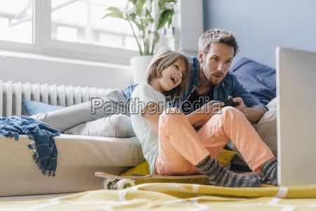 ojciec i syn gra wideo razem