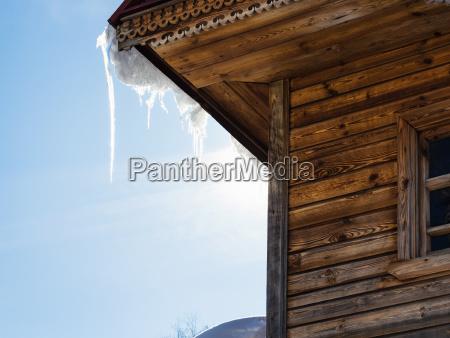 sopel oswietlone przez slonce na dachu