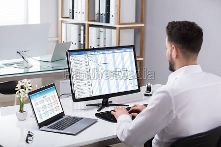 biznesmen analizowanie wykresu gantta na komputerze