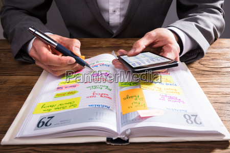 biznesmen pisanie harmonogramu w dzienniku
