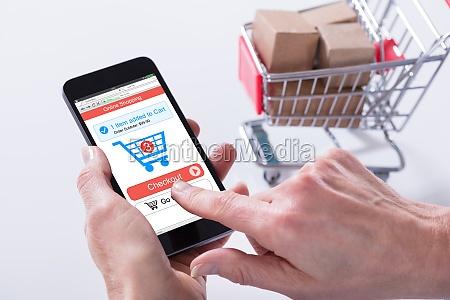 osoba korzystajaca z aplikacji zakupy online
