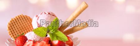 puchar lodow z truskawkami i goframi