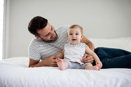 ojciec bawi sie z jego dziewczynka