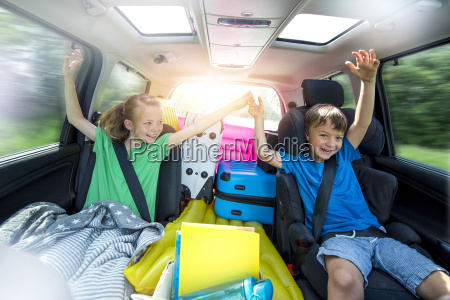 dzieci moga zrelaksowac sie w samochodzie