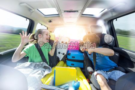 rodzenstwo argumentujac w samochodzie podczas dlugiej