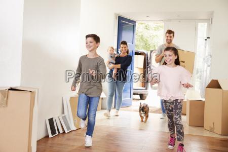 rodzina przenoszenia pudelka do nowego domu