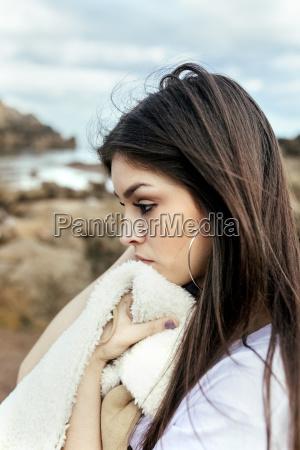 smutna mloda kobieta na plazy