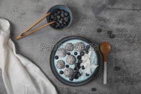 miska blue smoothie z tartym kokosem
