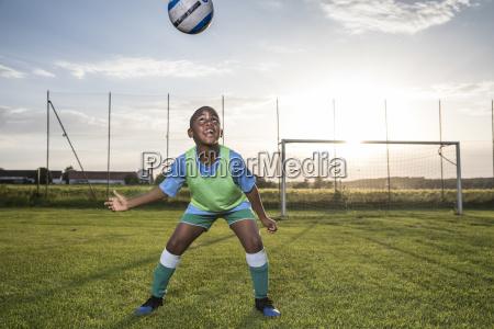 młody, piłkarz, pozycji, piłkę, na, boisku - 25128048