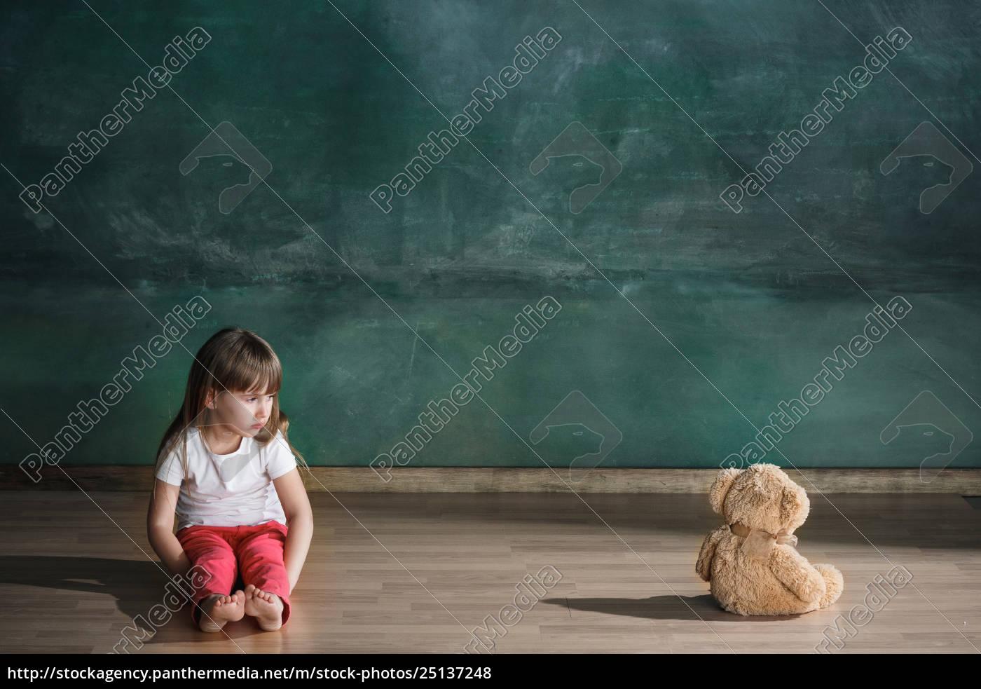 mała, dziewczynka, z, misia, siedzi, na - 25137248