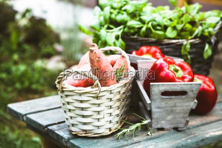 swieze warzywa na drewnie