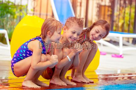 happy kids w poblizu basenu