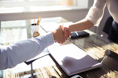 zblizenie dwoch partnerow biznesowych potrzasajac rekami