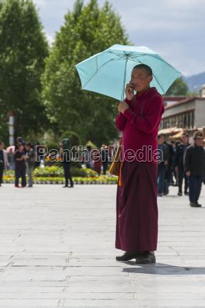 mlody mnich powolanie przez telefon komorkowy