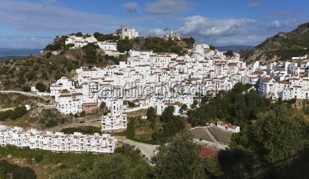 typowe bielone gorskie miasteczko w niewielkiej