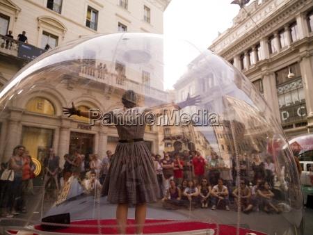 kobieta stojaca wewnatrz przezroczystego szklana kuli