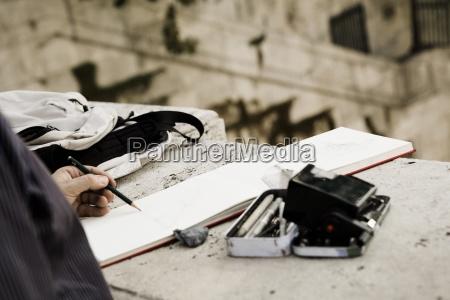 mezczyzna robi szkicowi outdoors roma wlochy