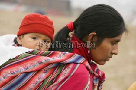 matka z dzieckiem slung na plecach