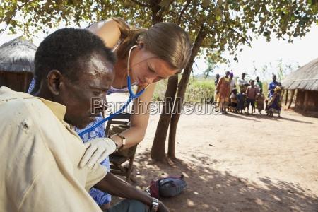 pielegniarka sprawdza zdrowie czlowieka z stetoskop