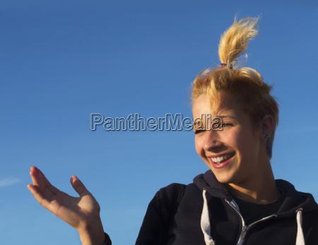 nastoletni dziewczyna smieje sie z blekitnym