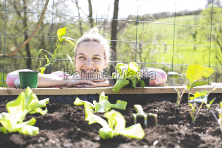 mloda ladna blond kobieta przygotowywa warzywa