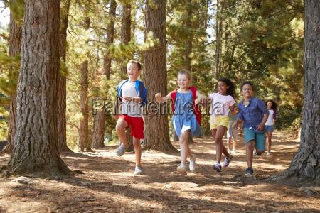 dzieci bieganie przed rodzicami na rodzinne