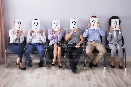 osoby trzymanie znaku zapytania znak