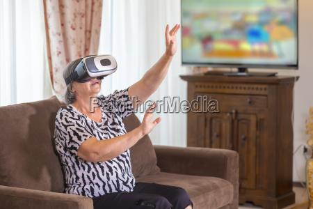 starsza kobieta z wirtualnej sluchawki lub