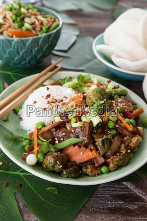 chinskie jedzenie z ryzem i warzywem