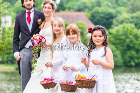 Slub druhny dzieci z kosz kwiatow