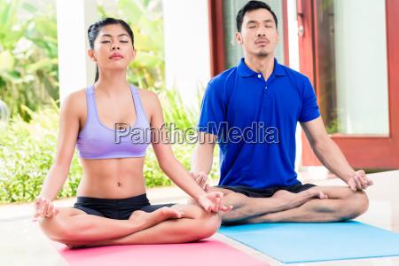azjatycka para w lotosu siedzenia joga