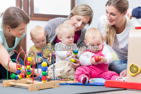 trzy szczesliwe matki ogladajac swoje dzieci