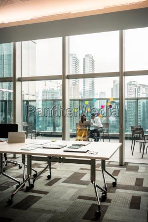 nowoczesne puste biuro z przezroczystymi szklanymi