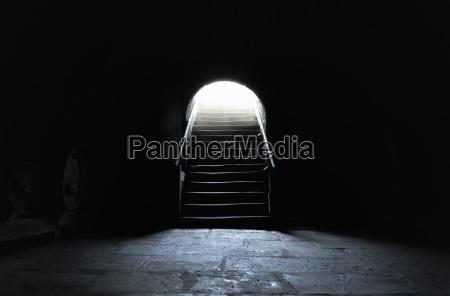 wnetrze piwnicy w ciemnych ustawieniach