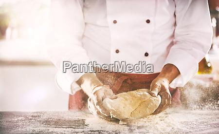 kucharz lub piekarz przygotowujacy czesc swiezego