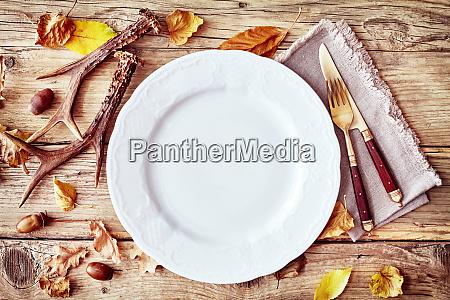 rustykalne ustawienie stolu jesienia lub upadku