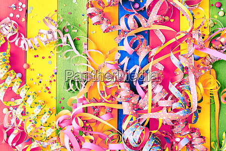 kolorowy karnawalowy tlo z streamers