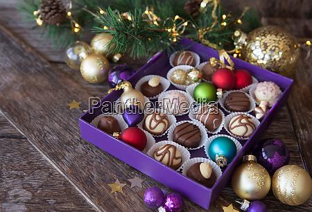 pudelko czekoladek na boze narodzenie
