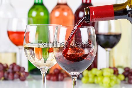 wino nalewanie butelki szklane czerwone wlac