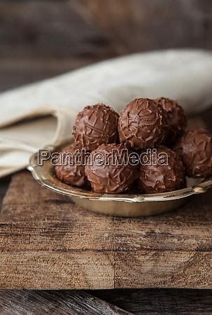 male talerze z truflowymi czekoladami