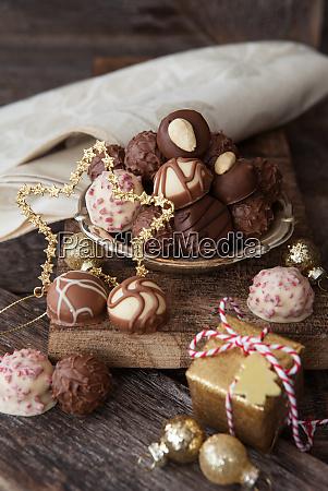 maly talerz z truflami i czekoladkami