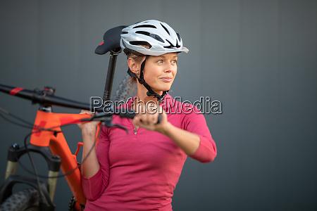 Ladna mloda kobieta kolarstwo na rowerze