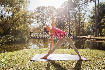 elastyczna mloda kobieta wykonujaca cwiczenia jogi