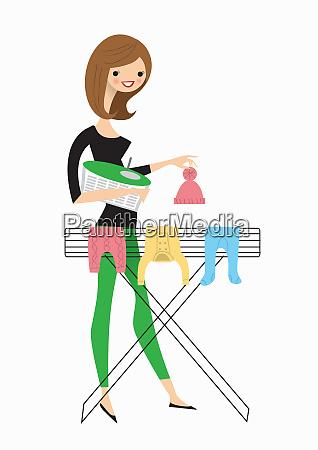 kobieta wiszace ubrania dla niemowlat na