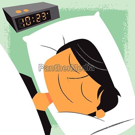 usmiechniety czlowiek spanie obok budzik