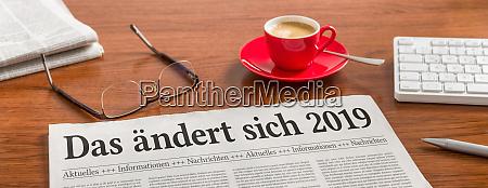 gazeta na drewnianym biurku z niemieckim