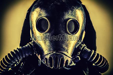 portret poapokaliptycznego ocalalego w masce gazowej