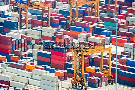 kolorowe kontenery towarowe w porcie