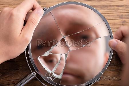 cara de hombre en espejo roto